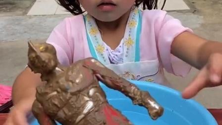 忧伤的童年:小宝贝给奥特曼洗澡