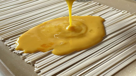 面条中淋入鸡蛋,这吃法新鲜,几分钟做出全家早餐,孩子特爱吃