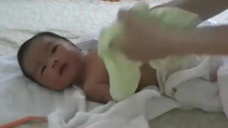 给新生儿按摩好处多!经常给宝宝按摩,还能增进亲子感情