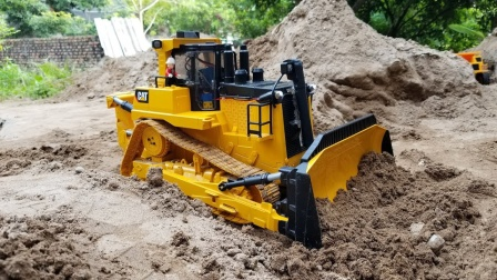 推土机推动沙土