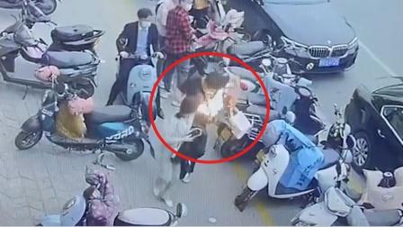 恐怖!河南一男子行走时包里三星手机爆炸,男子身上背包瞬间起火