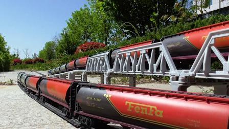 两列罐体车厢火车连续穿梭高架桥模拟视频