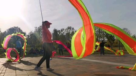 春日暖阳下,谁持彩练当空舞,原来是广场舞大妈