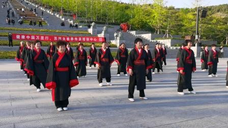 苏河老师带领学员拜文圣着古装展演传统杨式太极拳三十七式。