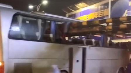 广西桂林一旅游大巴撞上限高架 多人死伤