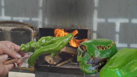 把青椒直接放火上烤黑,瞬间变美味,农村妈妈的拿手绝活,太下饭
