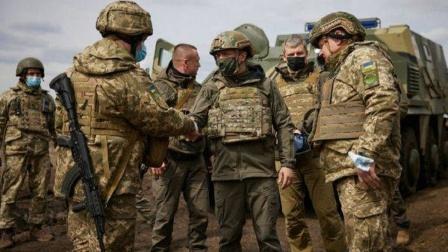 俄罗斯11万大军压向边境,乌克兰防长警告:莫斯科准备进攻行动