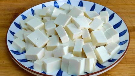 把豆腐切成丁,放到锅里蒸一蒸,我家一周吃6次,每次上桌都光盘