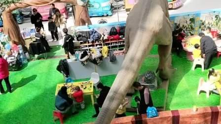 我的童年:大家看九米长的大恐龙