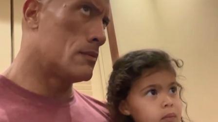 【猴姆独家】哈哈哈~~#巨石强森# 小女儿过3岁生日吵着要看#海王# ,强森只能无奈陪他看,这表情说明了一切!