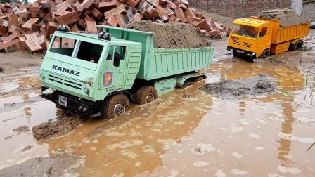大卡车在水路运输沙土