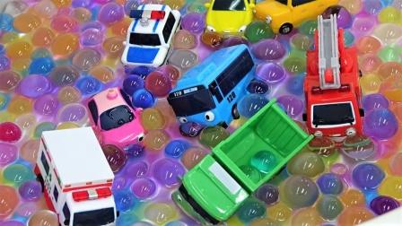 Tayo巴士和小汽车一起在跑道比赛