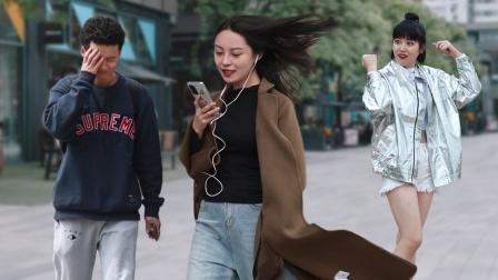 当听到女生在街头大声跑调唱情歌,路人的表情亮了