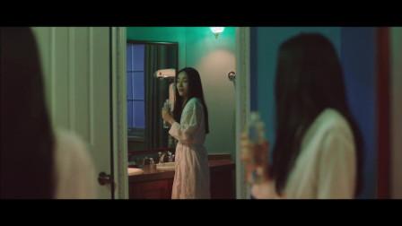 美女正在洗澡,室友突然进来把她的头按在水里,说是开玩笑