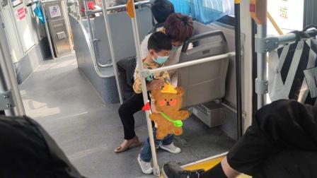 小男孩公交上尿急,女子当众帮其脱裤小便,画面曝光引发网友争议