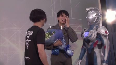 遥辉拍完泽塔奥特曼最后一个镜头后感动的哭了,伽古拉上前安慰!