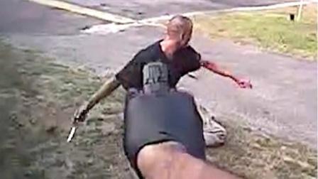 面对美国警察嫌犯很理智,虽然嘴上不服气,但知道该先把刀扔了面