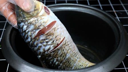把一整条鱼扔进电饭锅,不加一滴水,想不到这么好吃,出锅太香了
