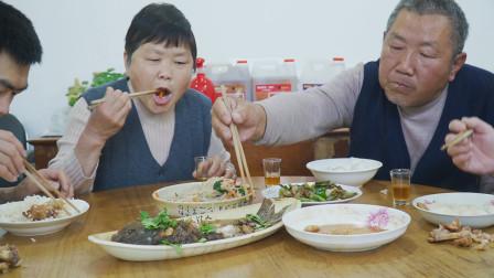 阿远今天做红烧鲤鱼,配上猪蹄拌饭,猪蹄香糯Q弹,这顿吃得舒坦