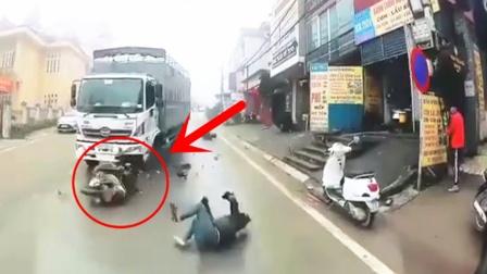 摩托车VS大货车,要不是监控,都不知有多惨