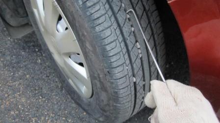 开了十年车才知道,轮胎卡石子不要乱桶,一招轻松搞定,非常简单