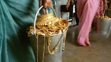 印度再出神片,富豪家里黄金多到只能用桶装