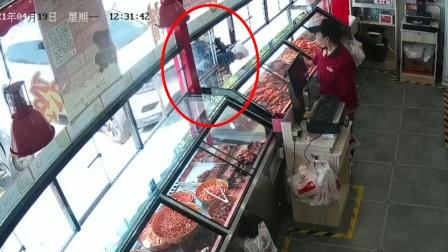恐怖!大姐买东西遇女司机挪车,当场从店外被撞到店内瘫跪不起