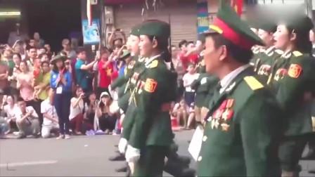 越南模仿中国式阅兵,女兵方队头顶天线出场,好尴尬