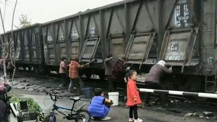 太拼了!大爷大妈组团扒火车掏煤渣,现场堪比真实版铁道游击队