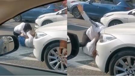 女人何必为难女人!两女司机因驾驶问题产生纠纷,当街扯头互撕