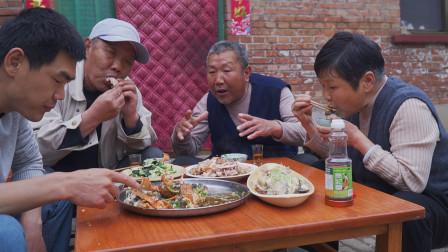 阿远买了三只小青龙,做蒜蓉蒸小青龙,老爸说这大虾一口闷真得劲