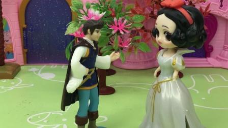 王子变成了小狗,善良的白雪公主帮助了他,真是太好了