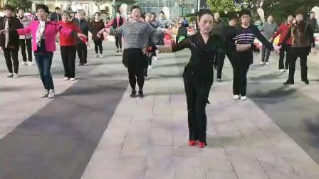 (39)广场舞《真爱不散》万达广场,跟着跳新学新。徐淡吟老师🌹🌴💄💐