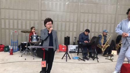 《我不想说再见》!北京健康之声合唱团在望京文化广场歌会视频剪辑指挥李永康主持阎澜影摄像编辑江涛