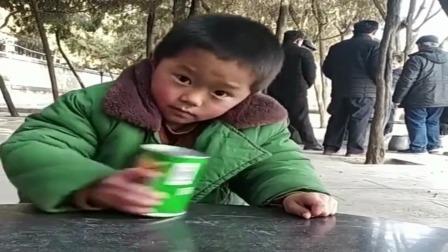 搞笑视频:爆笑的熊孩子