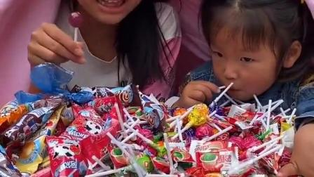 乐事童年:妹妹和姐姐在吃糖呢