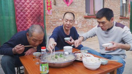 """阿远买了4斤滩羊肉,配上几条鲫鱼做""""鱼羊鲜"""",汤鲜美,羊软烂"""