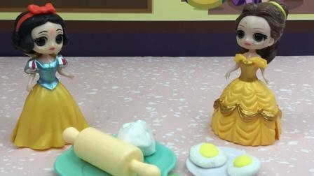 白雪给乔治做蛋糕,贝儿也来帮忙了!