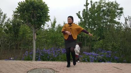 走到美景的小花园练练新舞
