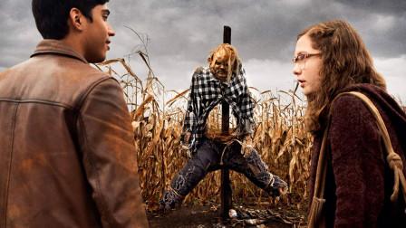 小伙踢了稻草人一脚,下一秒就被报复变成了稻草人!恐怖片