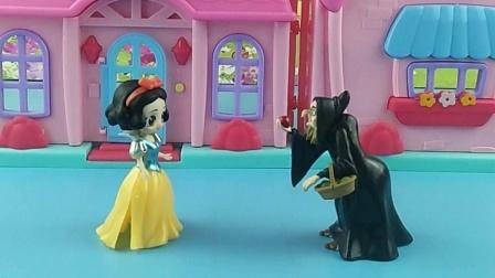 巫婆说王后被抓了,白雪要去救母后