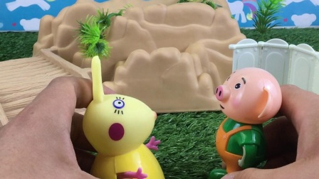 小兔的长耳朵吸引来了小猪