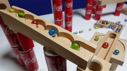 用积木和饮料罐拼搭弹珠跑道