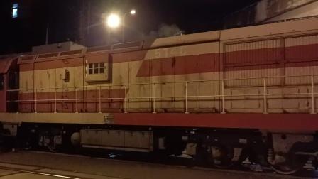 DF7G5146牵引货列【47584】通过12K道口