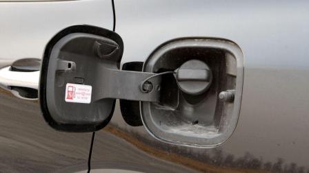 左边油箱和右边到底有何不同?专家说出区别后,车主:这就去换车