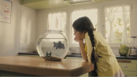 黑心鱼贩将食人鱼当金鱼卖,小萝莉买回家细心喂养,危机终于爆发