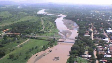 洪都拉斯的一座桥,飓风过后桥还在河却消失了