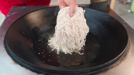 一把面条扔到油锅中,出锅变美食,吃了几十年面条,这做法头一次见