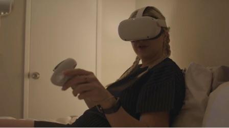 女孩戴虚拟眼镜玩游戏,变态杀人魔潜入家里,她还以为是游戏角色