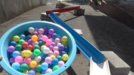 彩色乒乓球和弹珠在球场赛跑